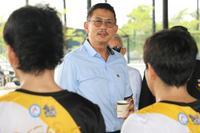 คุณจุตินันท์ ภิรมย์ภักดี ประธานคณะกรรมการพาราลิมปิกฯ  ให้กำลังใจนักกีฬาฟุตบอลคนตาบอด
