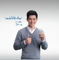 เคน ธีรเดช กับป้ายโฆษณาเครื่องกรองน้ำดื่มเพียว