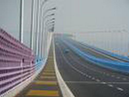 อีกชื่อหนึ่งคือสะพานสายรุ้งเพราะสะพานมีสีตามรุ้ง