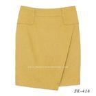 กระโปรงแฟชั่นทรงสอบ ผ้าคอตต้อนลินินไอริส สีเหลืองมาสตาส ด้านหน้ากระโปรงดีไซน์เรียบหรู