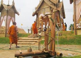 ทึ่ง!พระเณร-ชาวบ้านสร้างเมรุไม้ไผ่