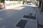 ลัดหลวงเทยางมะตอยอุดร่องรอบฝาบ่อบำบัดน้ำเสียป้องกันอุบัติเหตุ (ซ้ำ)