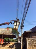 กองช่างลงพื้นที่ดำเนินการซ่อมแซมไฟฟ้ากิ่ง บ้านปางโม่