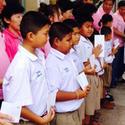 ภาพการรับทุนของนักเรียนที่ศาลเจ้า