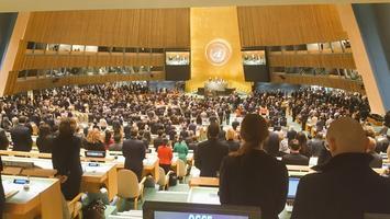 ที่ประชุมสหประชาชาติ ร่วมยืนไว้อาลัย แด่การสวรรคตของ พระเจ้าอยู่หัวในพระบรมโกศ
