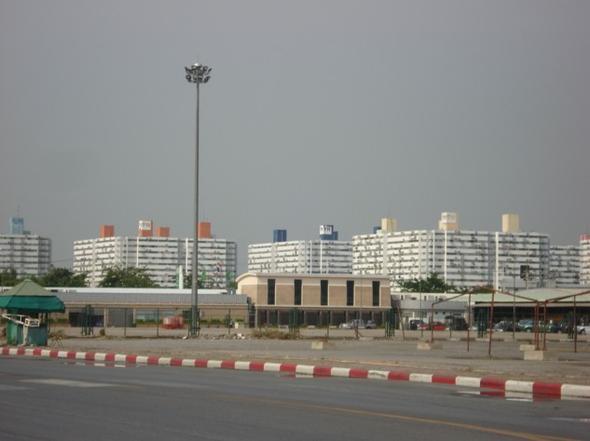 อาคารคอนโดมองจากอิมแพค เมืองทอง
