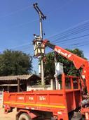 กองช่างลงพื้นที่ดำเนินการซ่อมแซมไฟฟ้ากิ่ง บ้านออน
