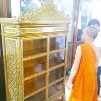 ขณะนี้ ศูนย์หนังสือไตรลักษณ์ ดำเนินการจัดส่ง   ตู้พระไตรปิฎก สำหรับบรรจุพระไตรปิฎก    รุ่น เหลืองอัมพัน ประดับจั่วลวดลายทอง   และ หนังสือพระไตรปิฎก ชุด 91 เล่ม ภาษาไทย    ไปยัง วัดพุทธบูชา กุฎิจุ้ยจ้อย (กุฎิเจ้าคุณสุธีหรือเจ้าคุณบุญทัม)
