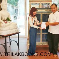 ขณะนี้ ลูกค้ามาดูหนังสือพระไตรปิฎก 45 เล่มภาษาไทย    และตู้พระไตรปิฎก ด้วยตนเอง    สรุปได้เลือกตู้พระไตรปิฎก สีฟ้าลวดลายทอง    แล้ว ให้ศูนย์หนังสือไตรลักษณ์ ดำเนินการจัดส่งให้ต่อไป ที่    ** ส่งที่วัดสระมณี อำเภอหนองหาร จังหวัดอุดรธานี **