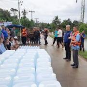 นำน้ำดื่มมอบให้ชาวบ้านที่ถูกน้ำท่วม
