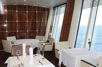 รีวิว ผ้าคลุมโต้ะอาหารสีขาวในห้องอาหารริมทะเล